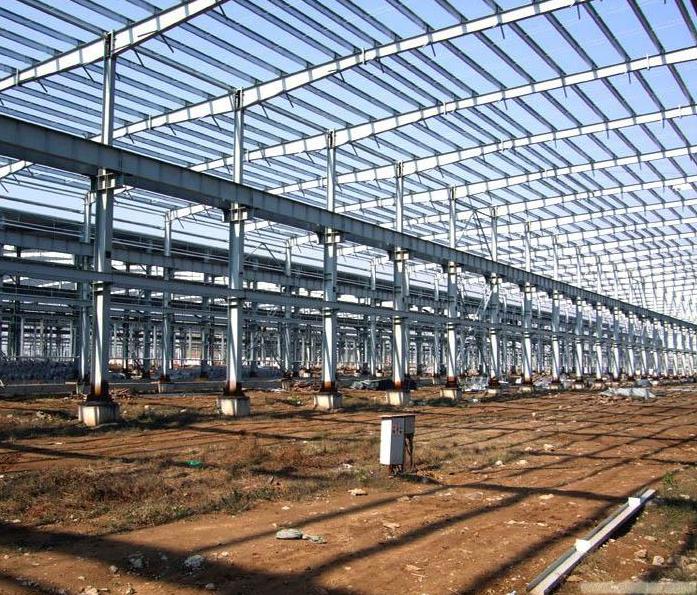 钢结构工程是以钢材制作为主的结构,是主要的建筑结构类型之一。 钢结构是现代建筑工程中较普通的结构形式之一。我国是最早用铁制造承重结构的国家,远在秦始皇时代(公元前246-219年),就已经用铁做简单的承重结构, 而西方国家在17世纪才开始使用金属承重结构。公元3-6世纪, 聪明勤劳的我国人民就用铁链修建铁索悬桥,著名的四川泸定大渡河铁索桥,云南的元江桥和贵州的盘江桥等都是我国早期铁体承重结构的例子。 优点:抗震性:低层别墅的屋面大都为坡屋面,因此屋面结构基本上采用的是由冷弯型钢构件做成的三角型屋架体系,轻