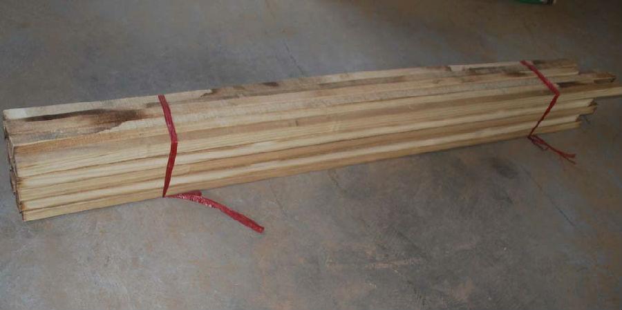 详细说明 用梧桐方木来制作画框的话,用的时间会比较长久,因为梧桐方木是属于比较优惠而又耐用的材料,相对于其他的材料来说,是很好的选择。像是松木,会出现木纹;椴木、杨木比较容易变形;柏木的材质也是不错的,但是价位相对于桐木来说是比较贵的。每种不同的材质都有自己独特的优势,主要就是看大家如何的选取了。 想要做一个好的画框,首先就要选择一款好的制作材料,这样才能做出称心如意的画框。