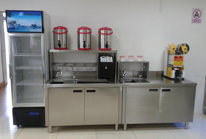 详细说明 福州市豆丁餐饮管理有限公司成立于2002年,主要经营咖啡设备,奶茶设备,咖啡原料批发,奶茶原料批发,奶茶加盟,奶茶水吧台,奶茶杯定制,奶茶杯品名定制,封口膜定制,封口机等。公司有自己的工厂专业生产不锈钢操作台,珍珠,茶叶等原料。公司拥有自己的独立品牌加盟,中国市场最专业的鲜果,茶饮,咖啡一体的专业连锁外卖店。