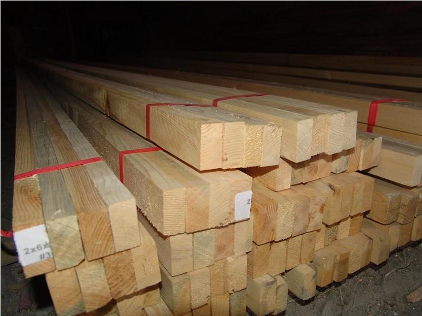 兰州挑选方木的方法及注意事项 在家庭装修中,木方的制作占很大一部分,所以木方的选择就显得格外重要。选择好质量的木方对家庭装修的质量有很大的影响。因此,在购买木方时应该仔细挑选,着重把好质量关。   木方的含水量在8%~12%为正常,这样在使用的时候才不会出现开裂和起翘的现象。通常木方的含水量与木方的干燥方式有关。蒸汽法的干燥效果佳,如果有专门的仪器,也可以进行检测。除了这些外,还可以有一些简单易行的方法:   1.