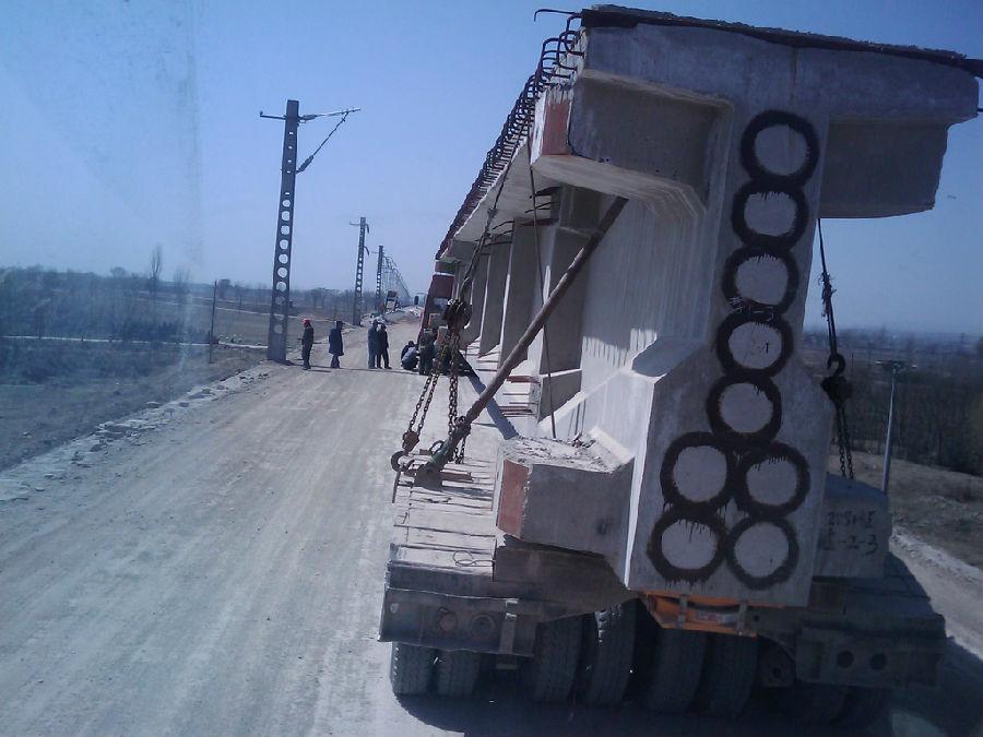 可以承运46米长钢结构,塔筒,蒸压斧,风电叶片等运输业务; 450马力液压