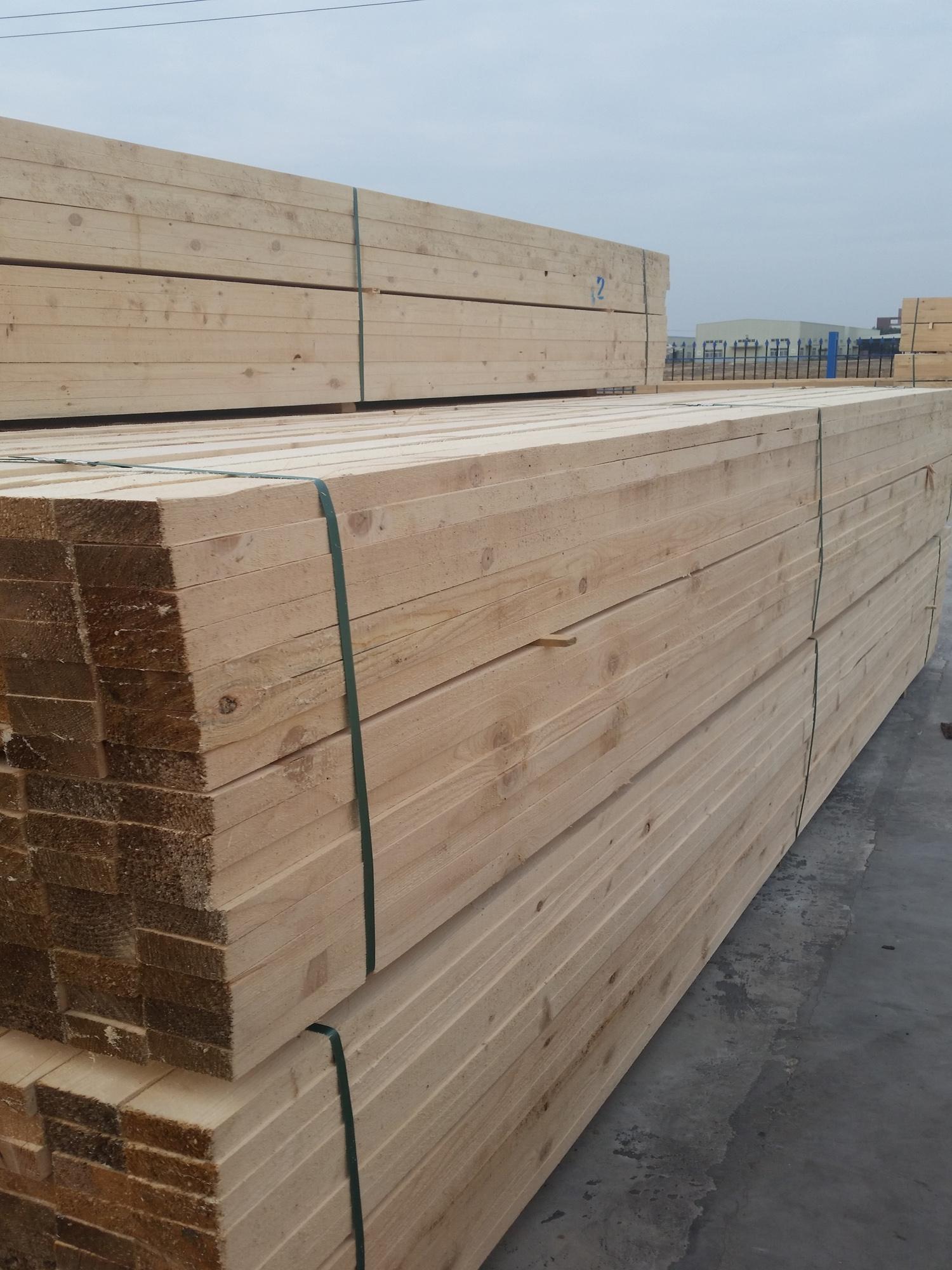 福建木方建筑 福建建筑方料 江西木方批发 浙江木方厂家 莆田荣丰木业有限公司木方,俗称为方木,将木材根据实际加工需要锯切成一定规格形状的方形条木,一般用于装修及门窗材料,结构施工中的模板支撑及屋架用材,或做各种木制家具都可以。莆田荣丰木业有限公司成立于2013年,是福州吉佰利脚手架有限公司的子公司(成立于2002年),是一家集产品开发、设计、生产、批发、销售服务于一体的综合型企业,具有丰富的木制品的生产经验及广大的销售市场。 公司位于莆田秀屿木材贸易加工区,占地面积30亩,环境幽雅,空气畅通。 公司秉承信