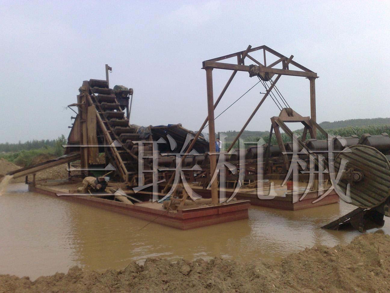 工作中的淘金机械