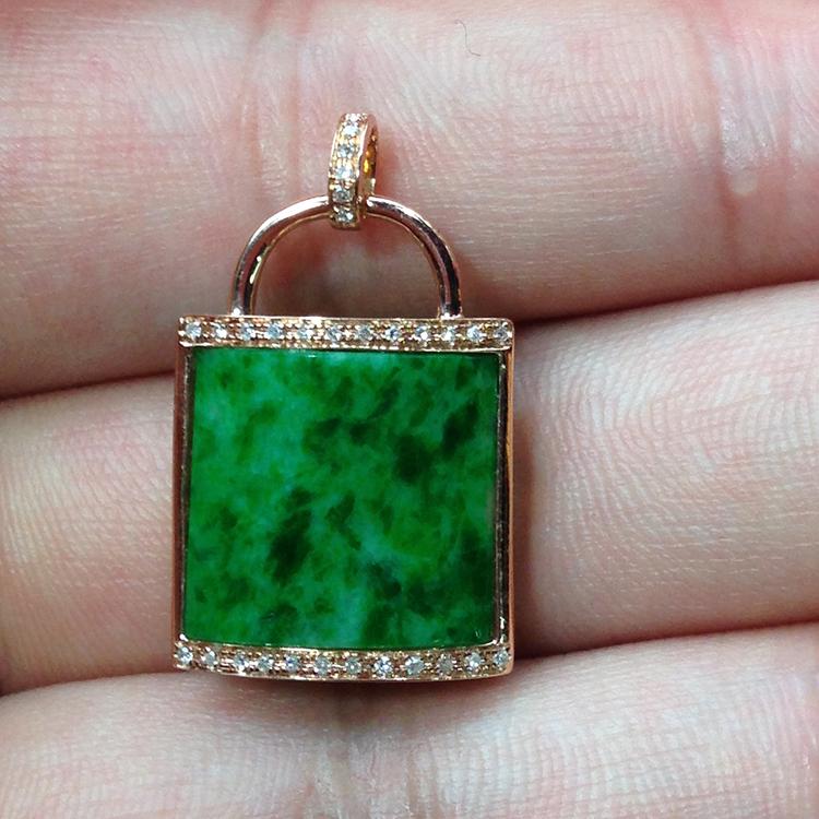 有利珠宝代理,挑选销量好的天然翡翠平安锁吊坠的方法