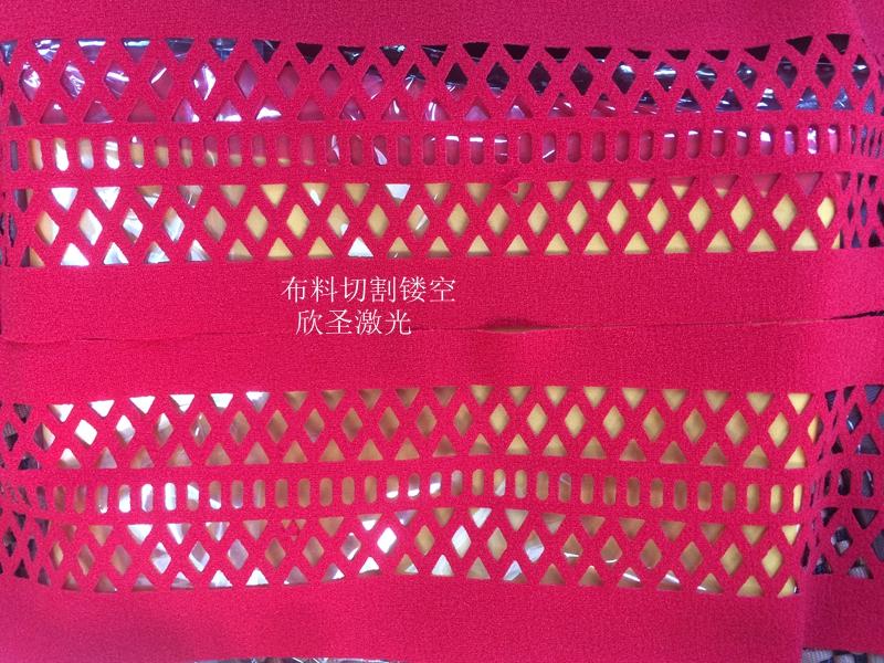 详细说明 欣圣提供各种服装面料,家纺面料,工艺品等激光冲孔加工服务。主要经营的项目包含纺织品,雪纺,锦绦纺,麂皮绒,色丁,针织布,桃皮绒,棉布,TC布,皮革对外加工布料激光割花、衣片镂花裙料业务,可在各种布料上割出各种形状的布块,割下的布块可用于贴布绣花。针对的面料有:装饰面料、服装面料、皮革、网布、纸张等等。激光的优势在于可以在各种皮革面料上快速高效的雕刻和镂空出各式图案,操作方便灵活,并对皮革表面不产生任何变形,体现出皮革本身的颜色与质感,更具有雕刻精度高、镂空无毛边、任意选形等多种优势。引领鞋类时尚